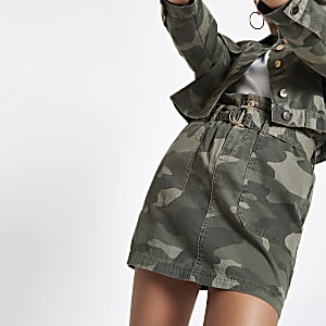Kaki utility rok met camouflageprint en geplooide taille