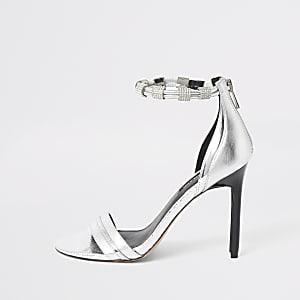Sandales argentées à talon fin et bride à strass