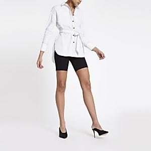 Chemise blanche à manches longues nouée à la taille