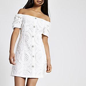Robe Bardot en dentelle blanche boutonnée sur le devant