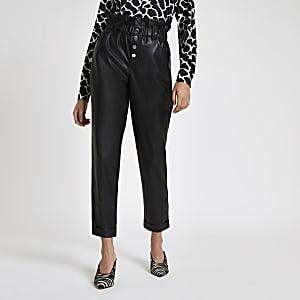 Zwarte broek van imitatieleer met geplooide taille en knopen