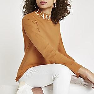 Top manches longues marron à col montant avec inscription « L'amour »