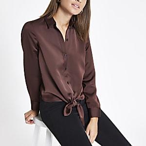 Donkerbruin overhemd met strik voor en knopen