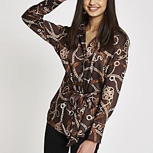 Bruine satijnen blouse met kettingprint en strikceintuur