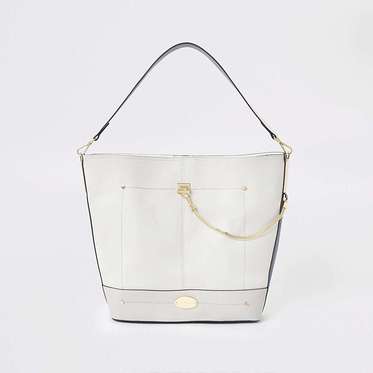Lichtgrijze tas met ketting voorop