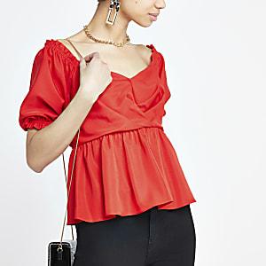 Rotes Bardot-Oberteil mit Puffärmeln