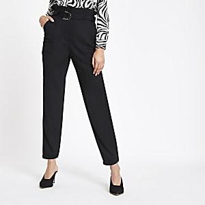 Zwarte smaltoelopende broek met geplooide taille