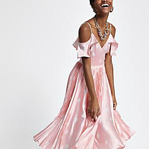 Robe évasée à pois rose plissée à épaules dénudées