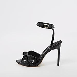 Sandales noires à talon et nœud sur le devant
