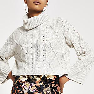 Grauer, kurzer Pullover mit Zopfstrickmuster und Rollkragen