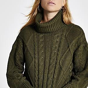 Grüner Pullover mit Zopfstrickmuster und Rollkragen