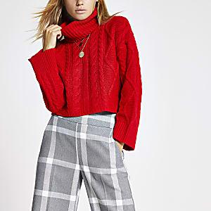 Roter, kurzer Pullover mit Zopfstrickmuster und Rollkragen