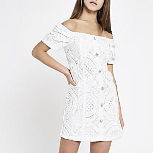 Petite – Weißes Bardot-Kleid mit Lochstickerei