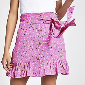 Roze minirok met verfijnde bloemenprint en knopen voor