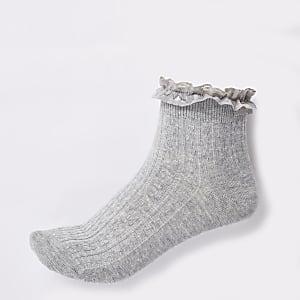 Hellgraue Socken mit Zopfmuster
