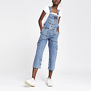 Mittelblaue Jeans-Latzhose im Utility-Look