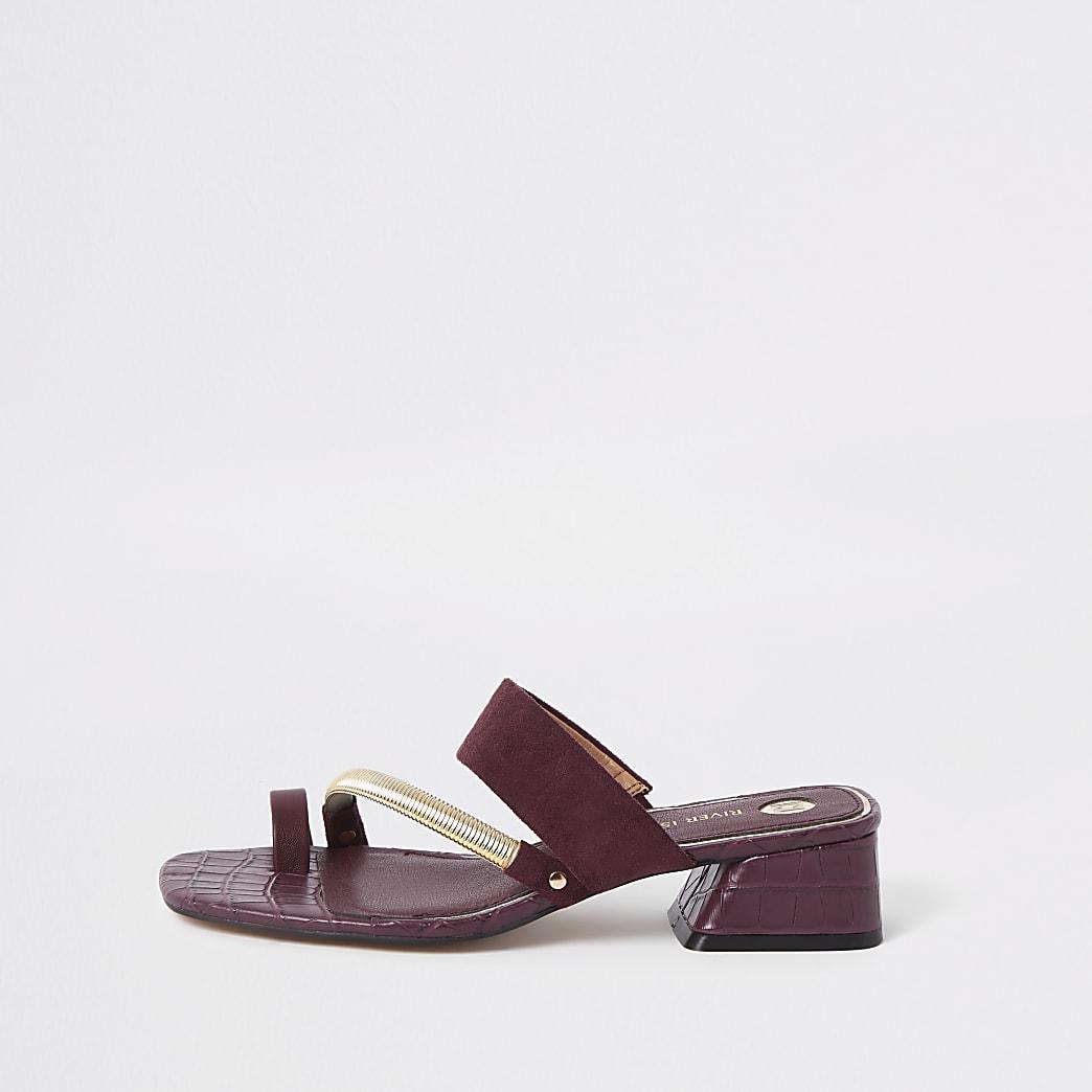Sandales rouge foncé à brides asymétriques avec boucle d'orteil