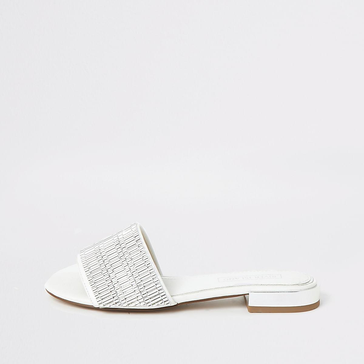 Witte verfraaide sandalen