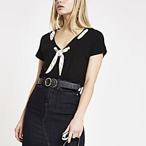 Zwart ruimvallend T-shirt met sjaal bij de hals