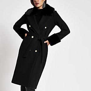 Schwarzer, langer Mantel mit Kunstfellbesatz und Bindegürtel