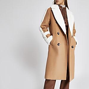 Beiger doppelreihiger Mantel mit Kunstfellbesatz