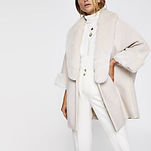 Manteau beige effet cape bordé de fausse fourrure