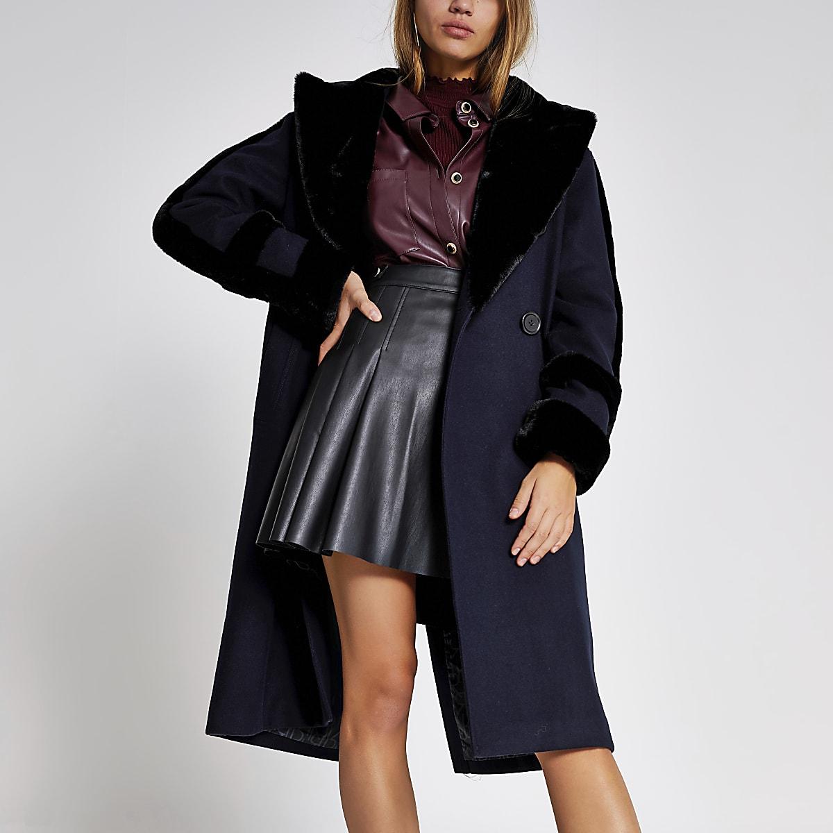Manteau croisé bleu marine bordé de fausse fourrure