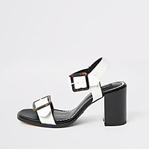 Weiße, weit geschnittene Sandalen mit Absatz und Schnallenriemen