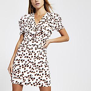 Weißes Kleid mit Puffärmeln und Punkten