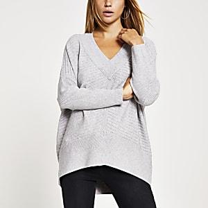 Grauer Langarm-Pullover mit V-Ausschnitt