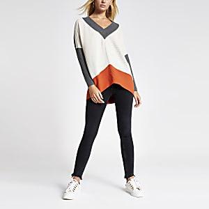 Strick-Pullover in grauen Blockfarben mit V-Ausschnitt