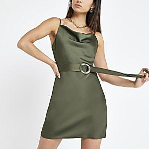 Petite – Kleid mit Wasserfallkragen und Gürtel in Khaki