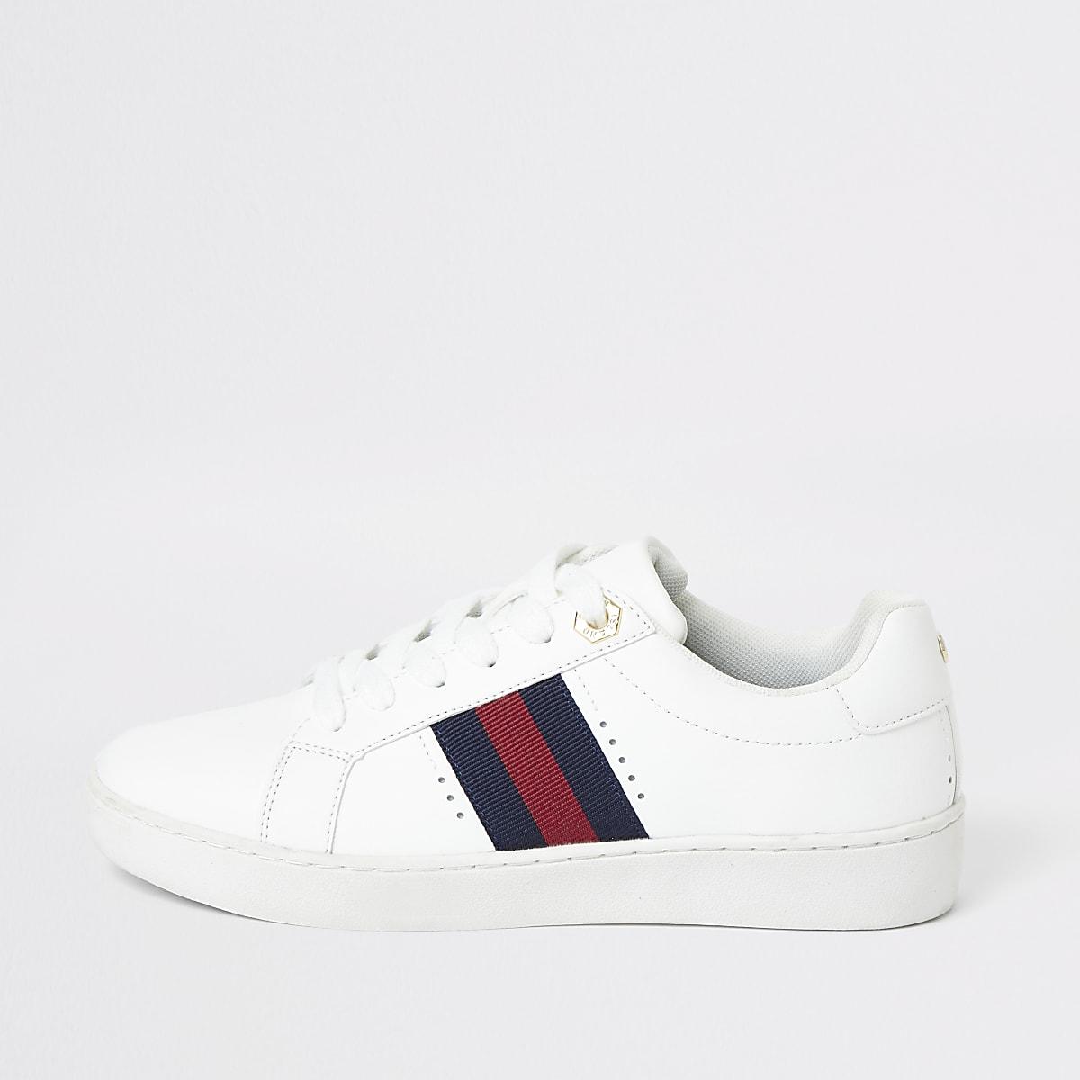 Witte vetersneakers met streep op de zijkant