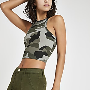 Kaki aansluitend crop hemdje met camouflageprint