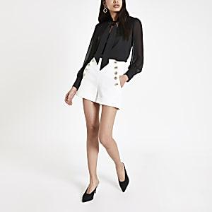 Witte short met knopen voor