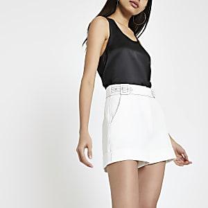 Weiße Shorts mit Kontrastnaht