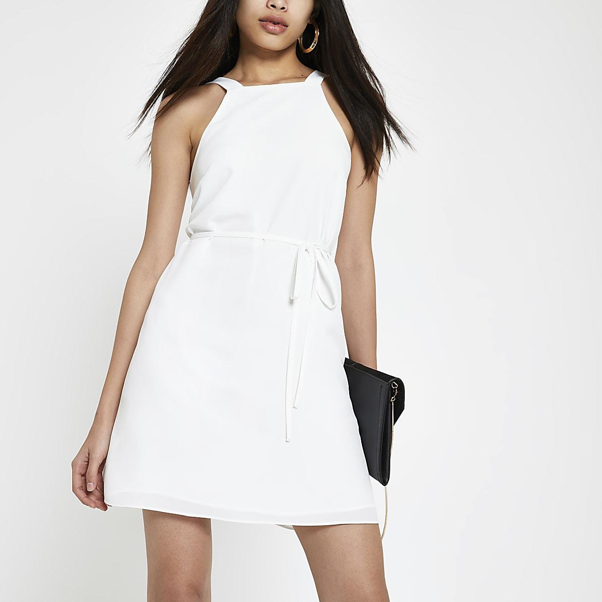 Robe évasée blanche nouée à la taille