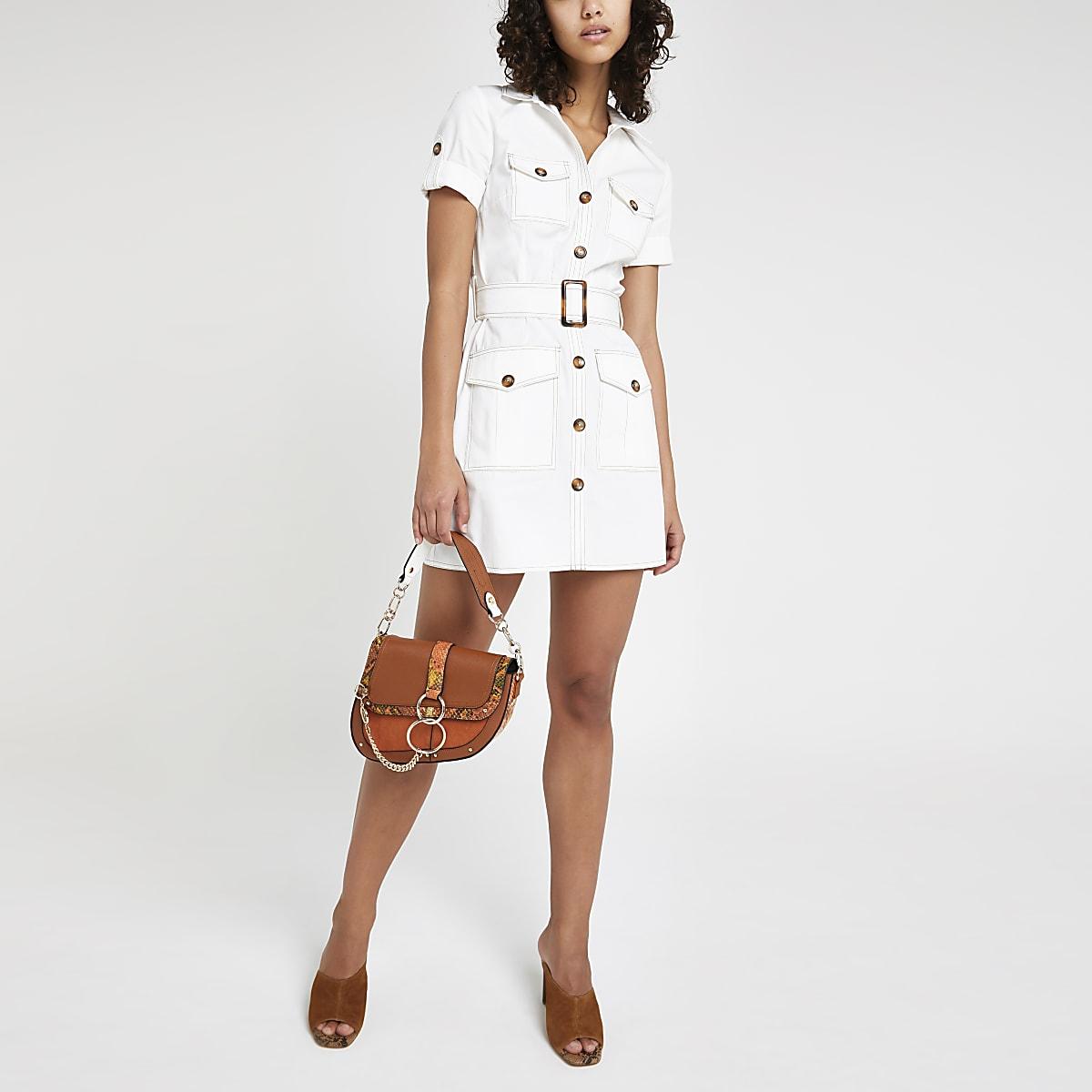 780848c1e9 Robe chemise fonctionnelle blanche à manches courtes Robe chemise  fonctionnelle blanche à manches courtes ...