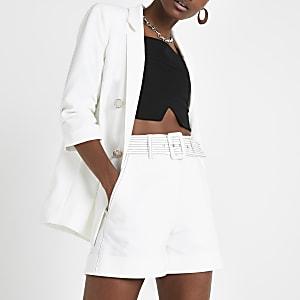 Short blanc ceinturé à coutures contrastantes