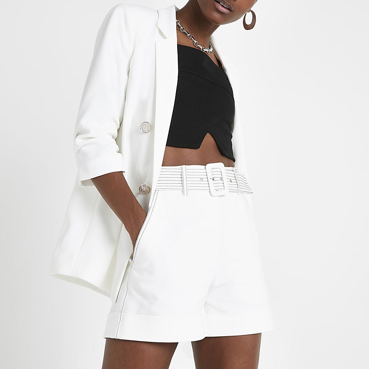 Witte short met ceintuur en contrasterend stiksel