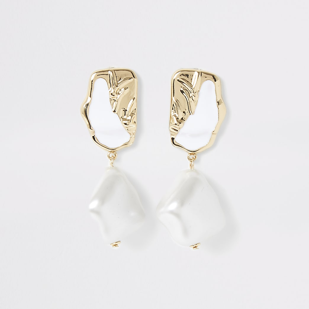 Pendants d'oreilles dorés texturés avec perles