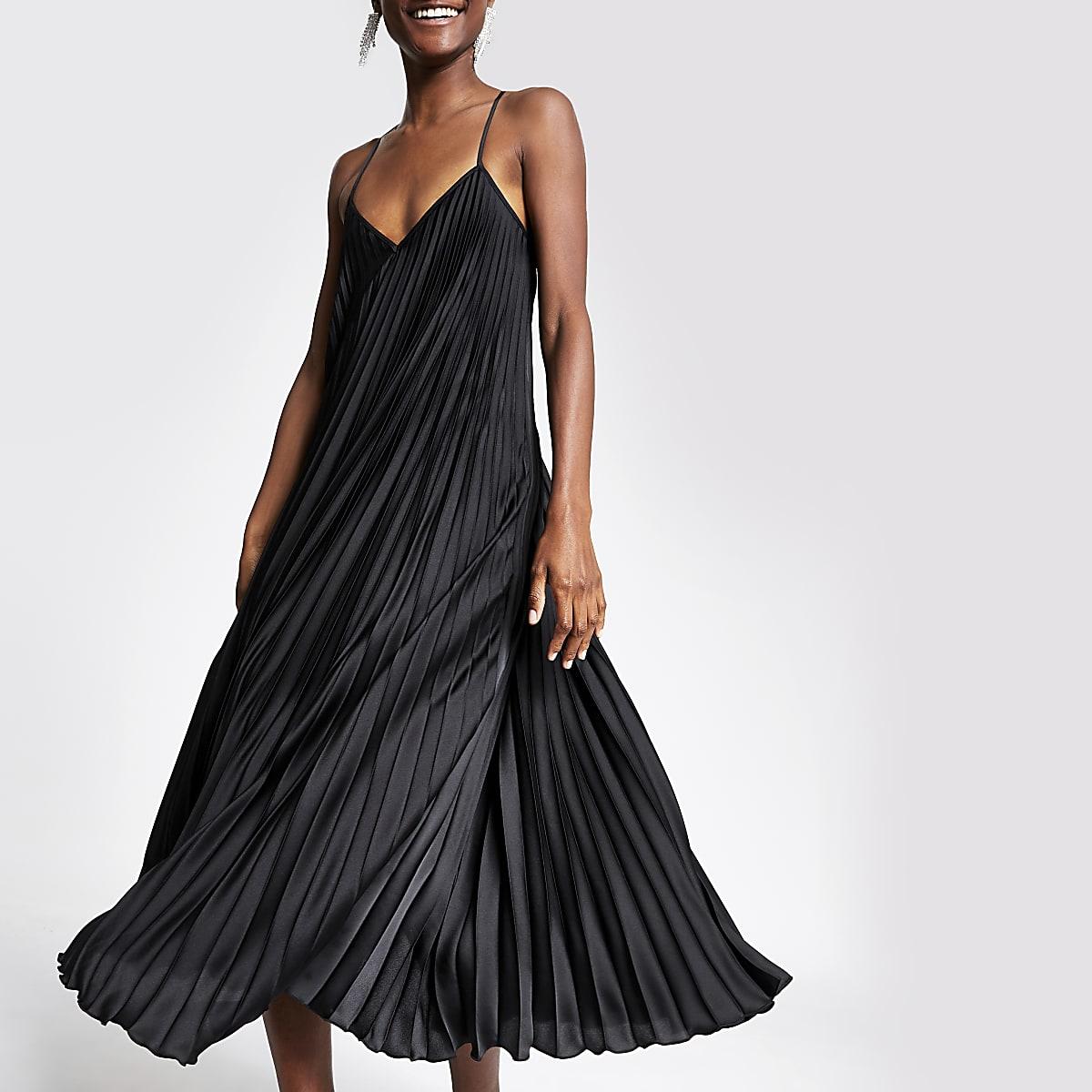 Robe longue noire plissée