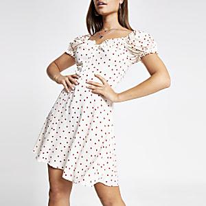 Beige jurk met stippen en pofmouwen