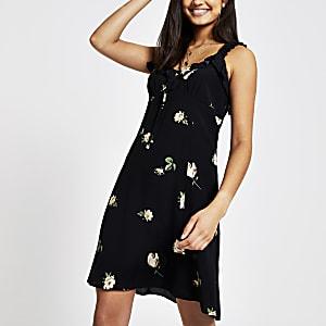 c3e42fccb0a80e Zwarte jurk met bloemenprint en ruches