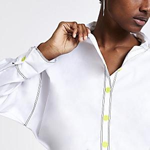 Weißes Hemd mit Kontrastnaht