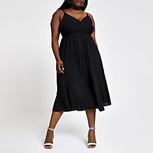 RI Plus - Zwarte geplooide cami-jurk met overslag