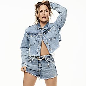 Caroline Flack – Mittelblaue Jeansshorts mit Gürtel