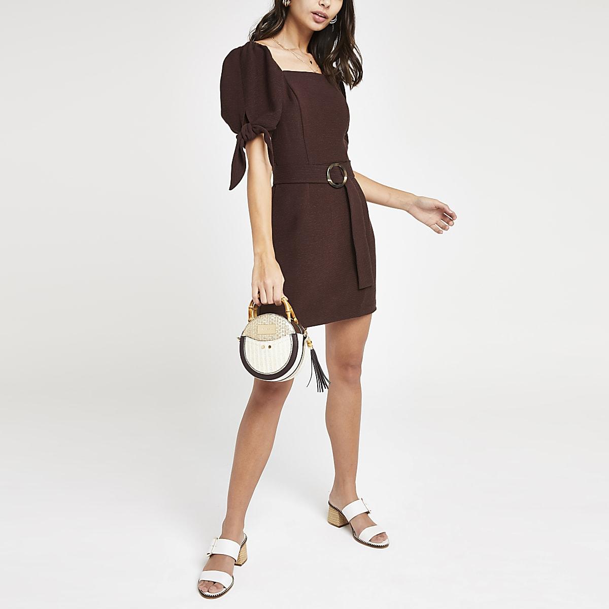 Donkerbruine mini-jurk met ceintuur