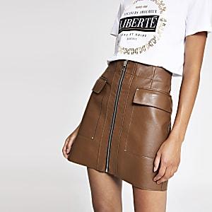 Mini jupe en cuir synthétique marron zippée sur le devant