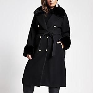 Plus - schwarzer Mantel mit Gürtel und Kunstfellkragen